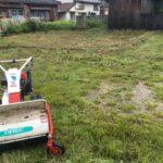 雨の中空き地の草刈りです 三重県鈴鹿市の草刈り専門店 草刈り本舗桐生
